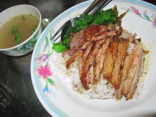 Fein geschnittener Schweineschmorbraten mit süßer Bratensoße, gekochtem & sauer eingelegtem Gemüse auf Reis, dazu Fleischbrühe.