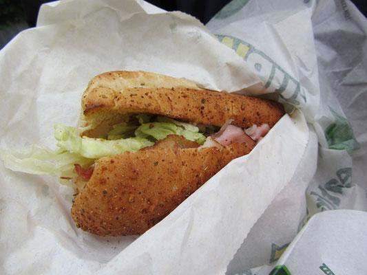 Sandwich bei Subway mit Schinken, Speck und vielen anderen Köstlichkeiten.