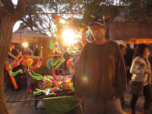 Der Künstlermarkt in Güemes am Sonntag Abend.