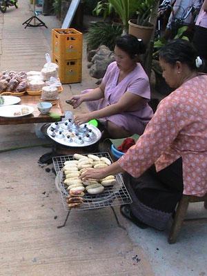 Kokosnußküchlein und gebratene Bananen.