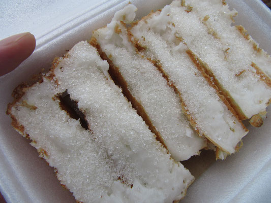 Bogors Kokoskuchen mit viel Zucker vom Straßenrand war uns ein gutes Frühstück.