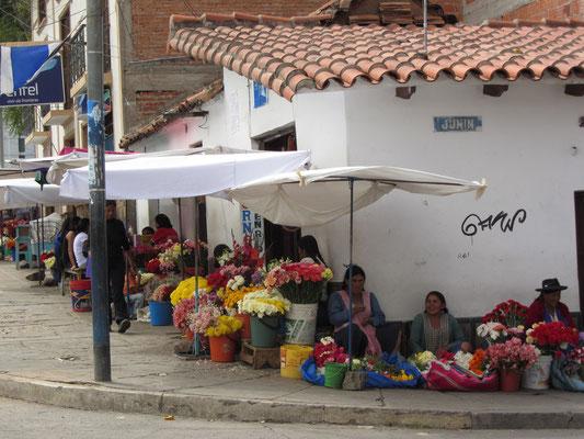 Vor dem Cementario bieten viele Frauen Blumen zum Verkauf an, besonders am Wochenende, wenn viele Familien ihre verstorbenen Ahnen besuchen.