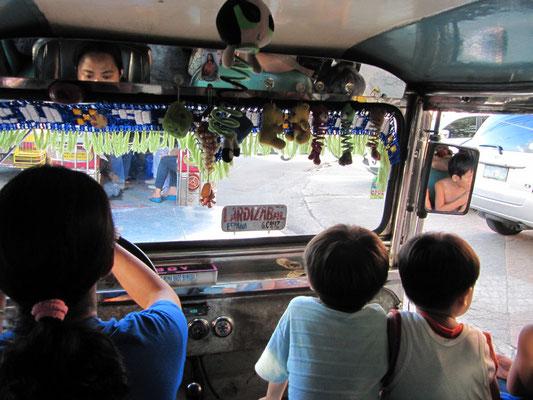 Im Jeepney. In Manila wurden ehemalige amerikanische Militärjeeps zu öffentlichen Verkehrsmitteln umgebaut. Von außen und inenn liebevoll von den Eigentümern verziert.