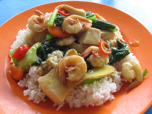 Shrimps mit Gemüse , Tofu, Ingwer & Chilli auf Reis.