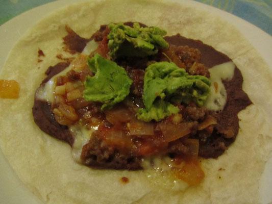 Tortilla mit Frijoles refritos (Bohnenpaste), Avocado, Hackfleischsoße, Käse und Zwiebeln. Fuck it, geil!