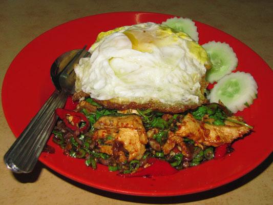 Thai-Basilikum-Hühnchen mit gebratenem Ei.