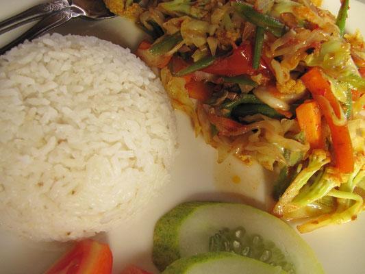 Gebratenes Chilli-Gemüse mit Reis.