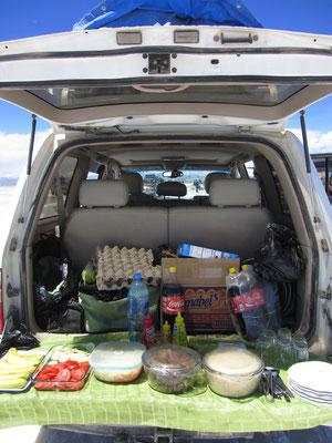 Gar nicht schlecht unser Buffet. Jeder bekam ein Stück gebratenes Rinfleisch, dazu Quinoa, Gemüse und Obst.