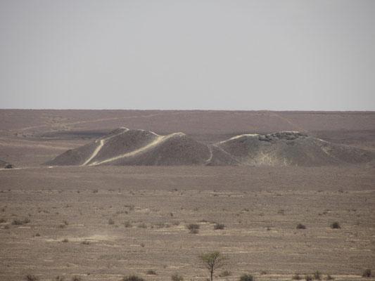 500m weiter kann man noch auf einen Berg laufen und gerade Linien bewundern, die zu den Bergen oder zum Horizont laufen.