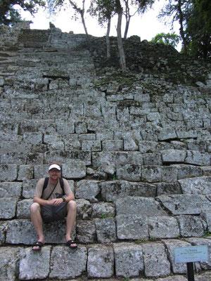 Auf den Stufen des Tempels der Inschriften. Dieser Tempel gehört bereits zum Komplex der Akropolis.