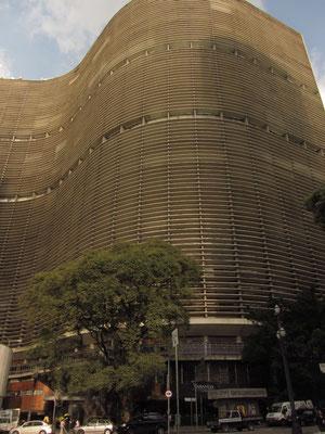 Nord-Fassade des Edificio Copan. Wohnfläche und die Anzahl der Appartements führten zu Einträgen im Guinness-Buch der Rekorde.