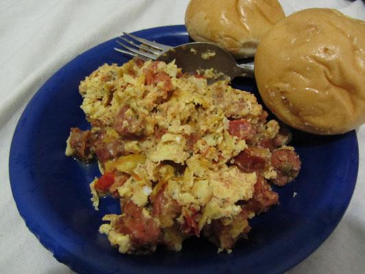 Käse-Wurst-Rührei mit Brötchen. So wird Frühstück selbst gekocht.