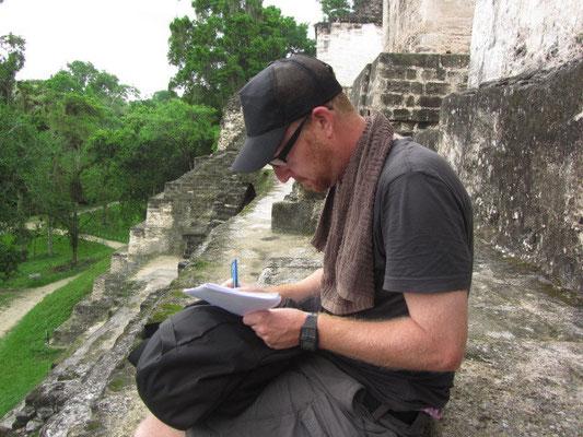 Sebastian schreibt auf der Zentralakropolis.