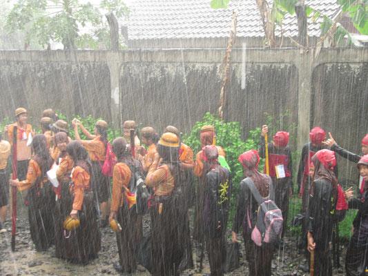 Bogor = Regenstadt. Als Pfadfinder leidest du hier täglich. (vor unserem Haus)