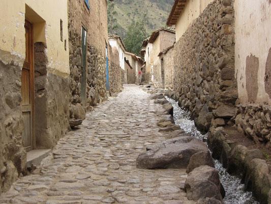 Die engen Gassen bilden 15 rechteckige Flächen, sog. Canchas, die von Mauern umgeben sind.