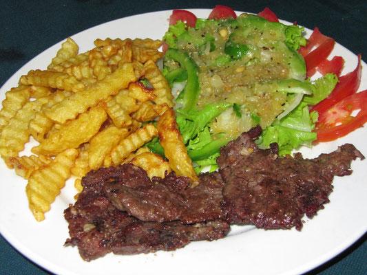 Gegrilltes Rindfleisch mit hausgemachten Pommes Frites & Salat mit Zwiebel-Senf-Soße.
