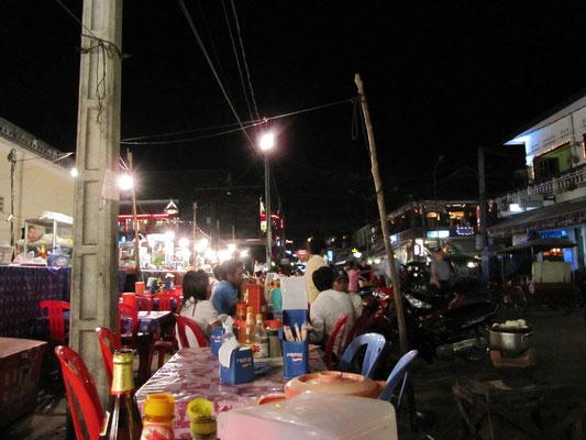 Nachtmarkt. Für 1€ gibt's schon ein Hauptgericht.