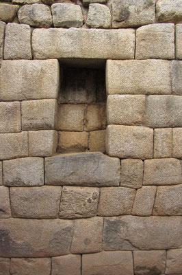 Bis heute ist unbekannt wie die Inkas ihre Steine so passgenau schleifen konnten, ebenfalls unbekant ist, wie sie die wuchtigen Kolosse bewegen konnten.