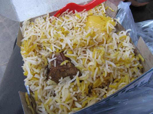 Biryani. Hauptbestandteil ist gewürzter Reis, besonders Basmatireis, der traditionell in einem Riesentopf gebacken wird. Dazu gibt man gewürztes und gebratenes Fleisch wie etwa Lamm, Hammelfleisch, Hühnchen oder Rindfleisch.