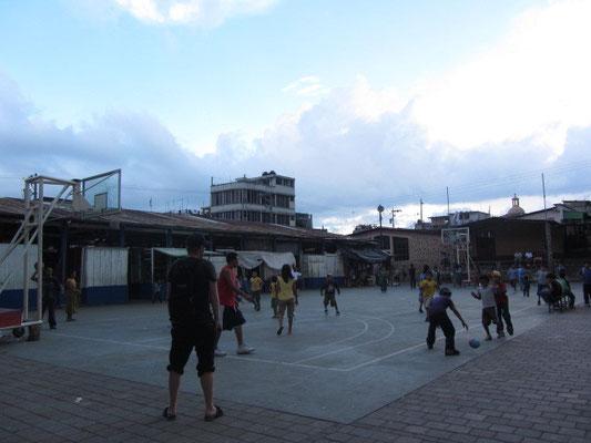 Ballsport auf dem zentralen Basketballplatz.