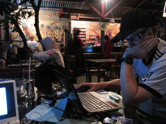 Bei der Arbeit in Jogjas coolstem Cafe.