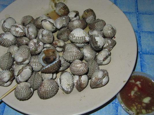 Muscheln mit geeignetem scharfem Dip.