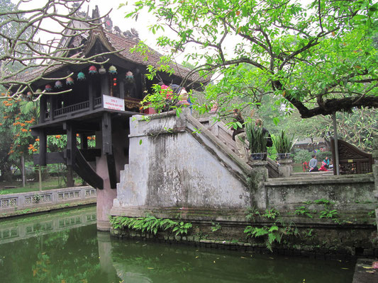 Ein-Säulen-Pagode. (Die Form der Pagode erinnert an eine Lotusblume und wurde vom Kaiser Ly Thai Tong in Auftrag gegeben, nachdem ihm im Traum die Göttin der Barmherzigkeit erschien und ihm einen Sohn auf einer Lotusblume sitzend überreicht hat. )
