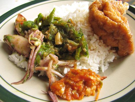 """Chihis Version von """"best value"""". Tintenfisch mit grünen Chillis, gebackenem Tofu und Sambal (ja, das höllig scharfe Zeug!)."""