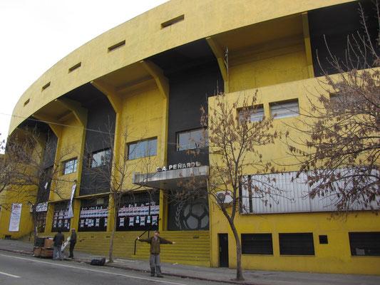 Vor dem Peñarol-Fußballstadium.