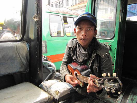 Straßenmusiker. Ich schätze, gut die Hälfte der javanesischen Bevölkerung geht dieser Profession nach.