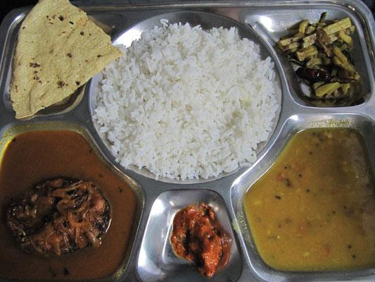 Thali par excellence. Diesmal mit Fisch. Thali ist was der Inder jeden Tag ist. Alles mit dabei & nicht selten ein Feuerwerk für die Geschmackssinne.