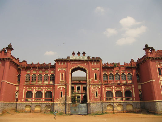 Das Goverment City College ist ebenfalls im indo-sarazenischen Stil erbaut worden.