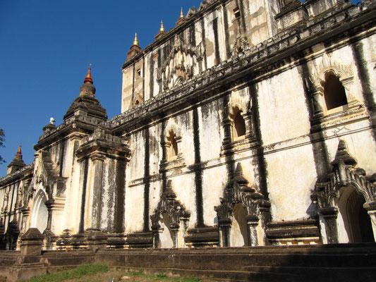 That-byin-nyu-Tempel, 12. Jahrhundert, 61 m hoch, zweistöckig mit jeweils drei Terrassen und Miniaturstupas.