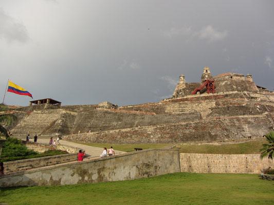 Blick von unten auf das Fort bei Tage.