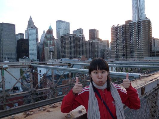 Sie auf der Brooklyn Bridge.