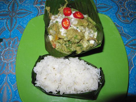 Amok (Hühnechen) im Bananenblatt mit Reis (Kambodschianisches Gericht mit Kokosmilch).