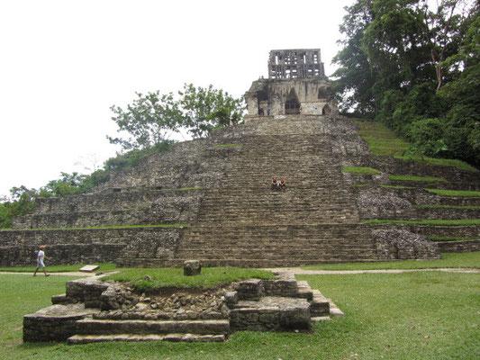 Der Kreuztempel, dessen Name wie der der ganzen Gruppe von einem Relief im Inneren des Heiligtums auf seiner Spitze herrührt, das einen kreuzförmigen Weltenbaum darstellt.