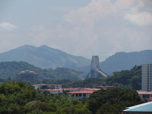 Die Puente de las Americas. Unten durch und schon geht's rein in Panama-Kanal.
