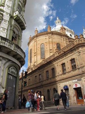 Die neue Kathedrale von der Seite.