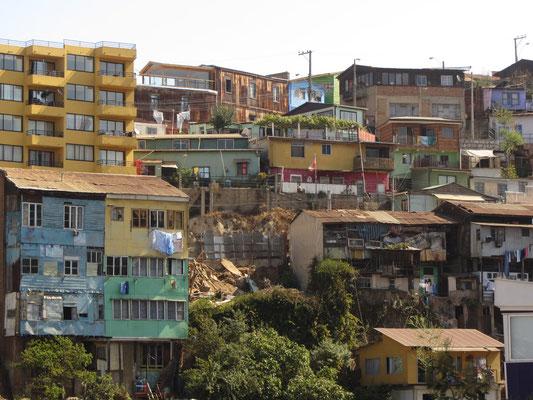 Viele Häuser sind in den austeigenden Hang gebaut.