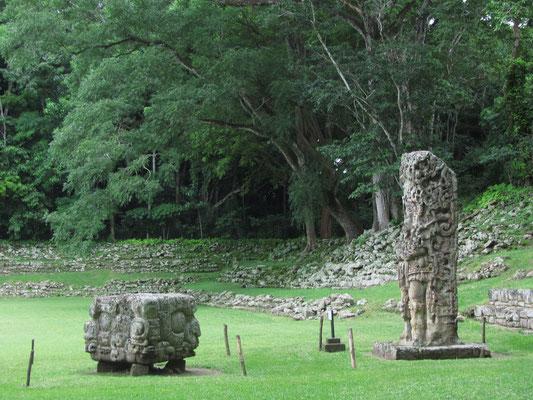 Stele D mit zugehörigem Altar.