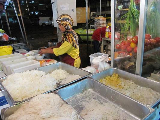 Nudeleinlagen für die malayische Hühner- oder Fischsuppe.