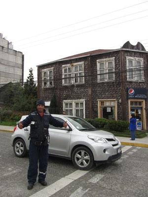 Freundlicher Sicherheitsmann posiert gewollt für ein Foto.