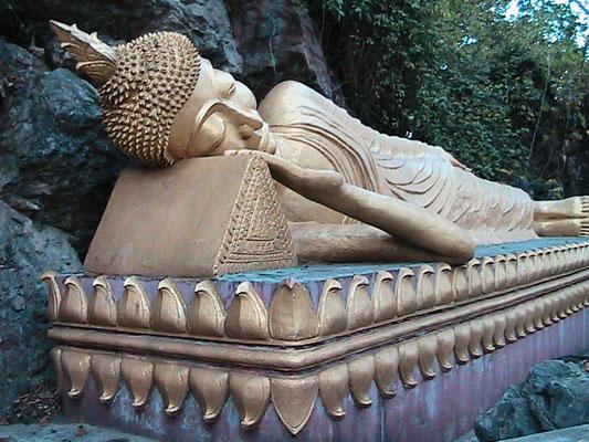 Liegende Buddhastatue auf der Südseite des Phu Si.