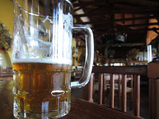 Die Brauerei hat ein angrenzendes Lokal in dem zu hohen Preisen Speisen und Getränke gereicht werden.