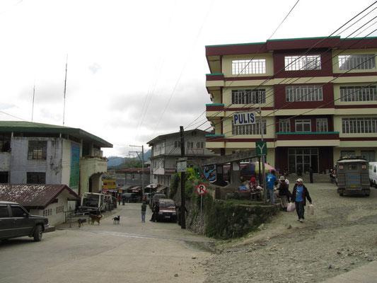 """Sagadas """"City Center"""" mit Polizeivertretung (rechts), Touristeninformtionsbüro (links) und Busbahnhof (überall)."""