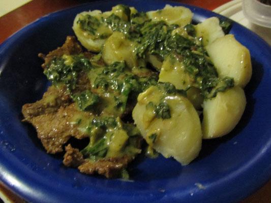 Steak mit Salzkartoffeln und Rahmspinatsoße.