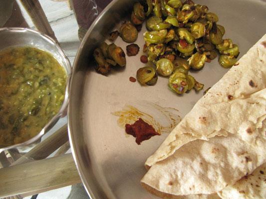 Willkommensessen in Hyderabad. Chapati, gebratenes Gemüse & Dal.