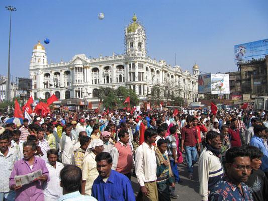 Es wurde zur Massenkundgebung gerufen. Eine politische Riesendemonstration an unserem ersten Tag.