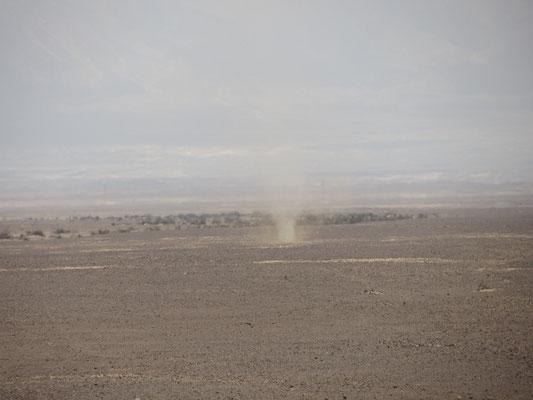 Wirbelstürme fegen andauernd über den kargen Wüstenboden.